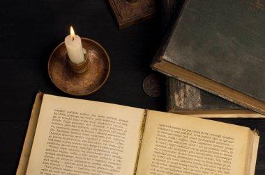 Kitaplar yakınındaki eski mum