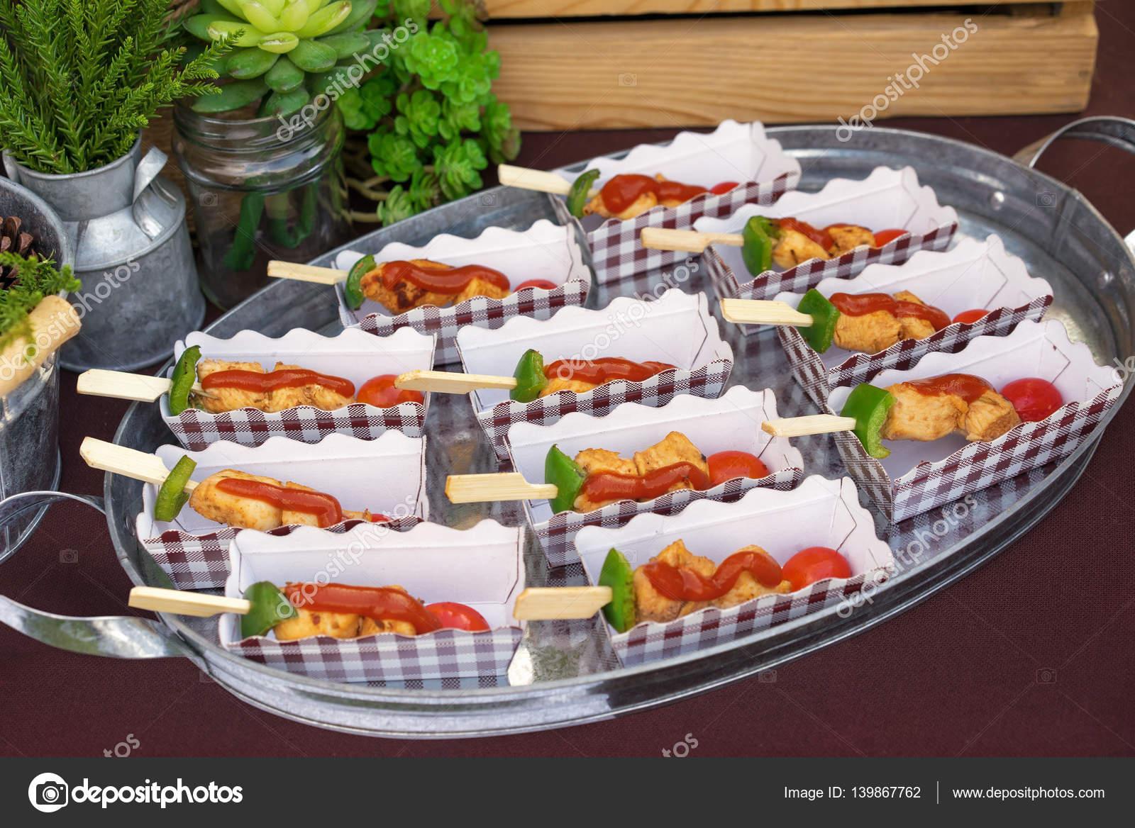 Catering gartenparty dekoriert und serviert tisch mit - Gartenparty essen ...