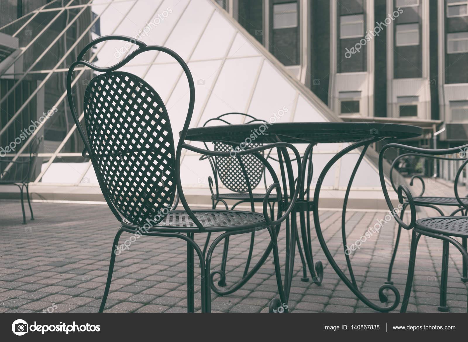 Sedie Depoca : Sedie depoca in cortile u2014 foto stock © victor dva #140867838
