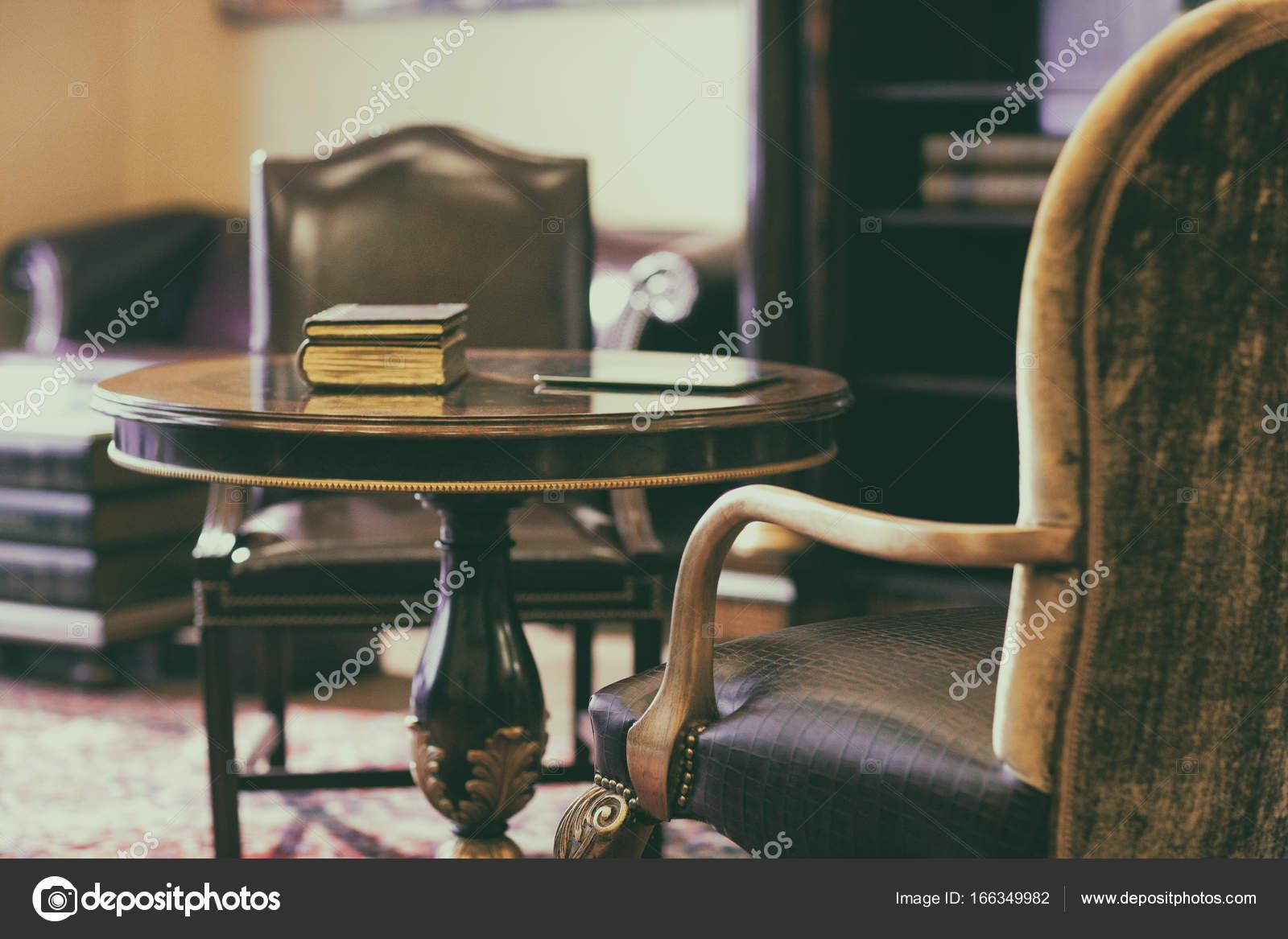 Sedie A Dondolo Depoca : Sedia a dondolo sul tappeto u foto stock victor dva