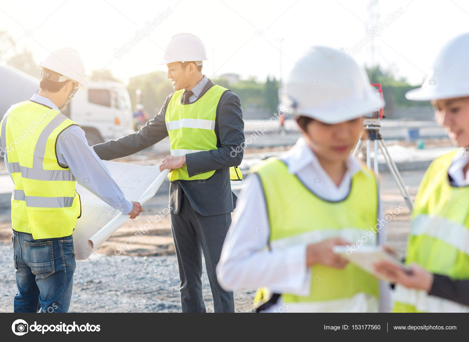 Engineer and builder review blueprint — Stock Photo
