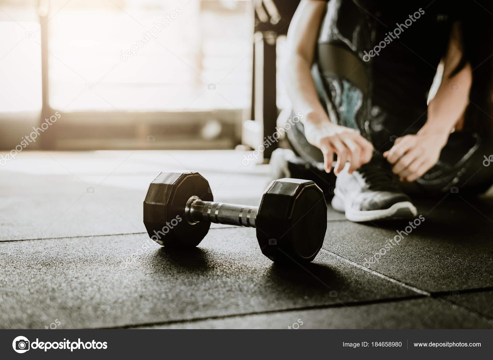 Hantel Auf Dem Boden Fitnessraum Mit Frau Binden Ihre Schnursenkel