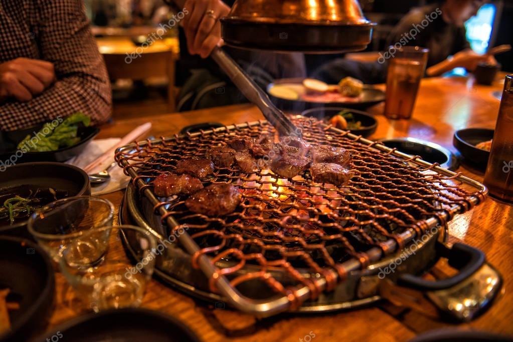 Koch Kochen Bbq Beef Auf Feuer Am Tisch Der Gäste Im Restaurant