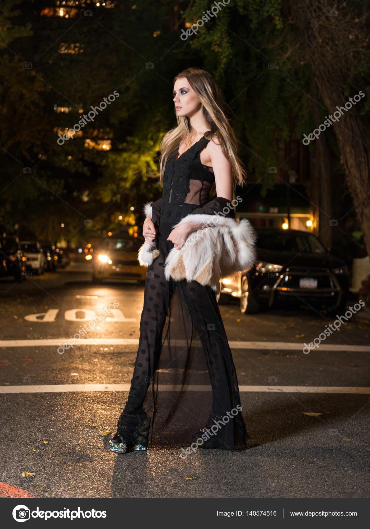 Schönes junges Mädchen tragen schwarze Mitgliederabend kleiden und ...