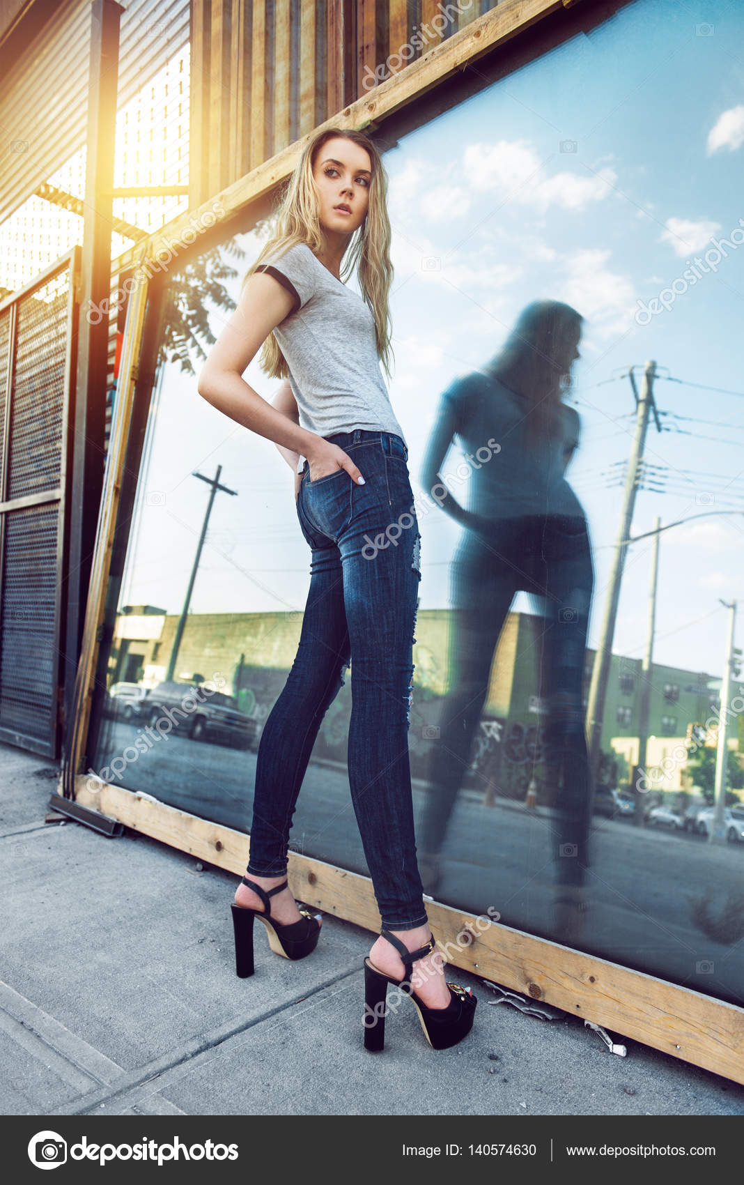Смотреть видео девушек в джинсах на улице