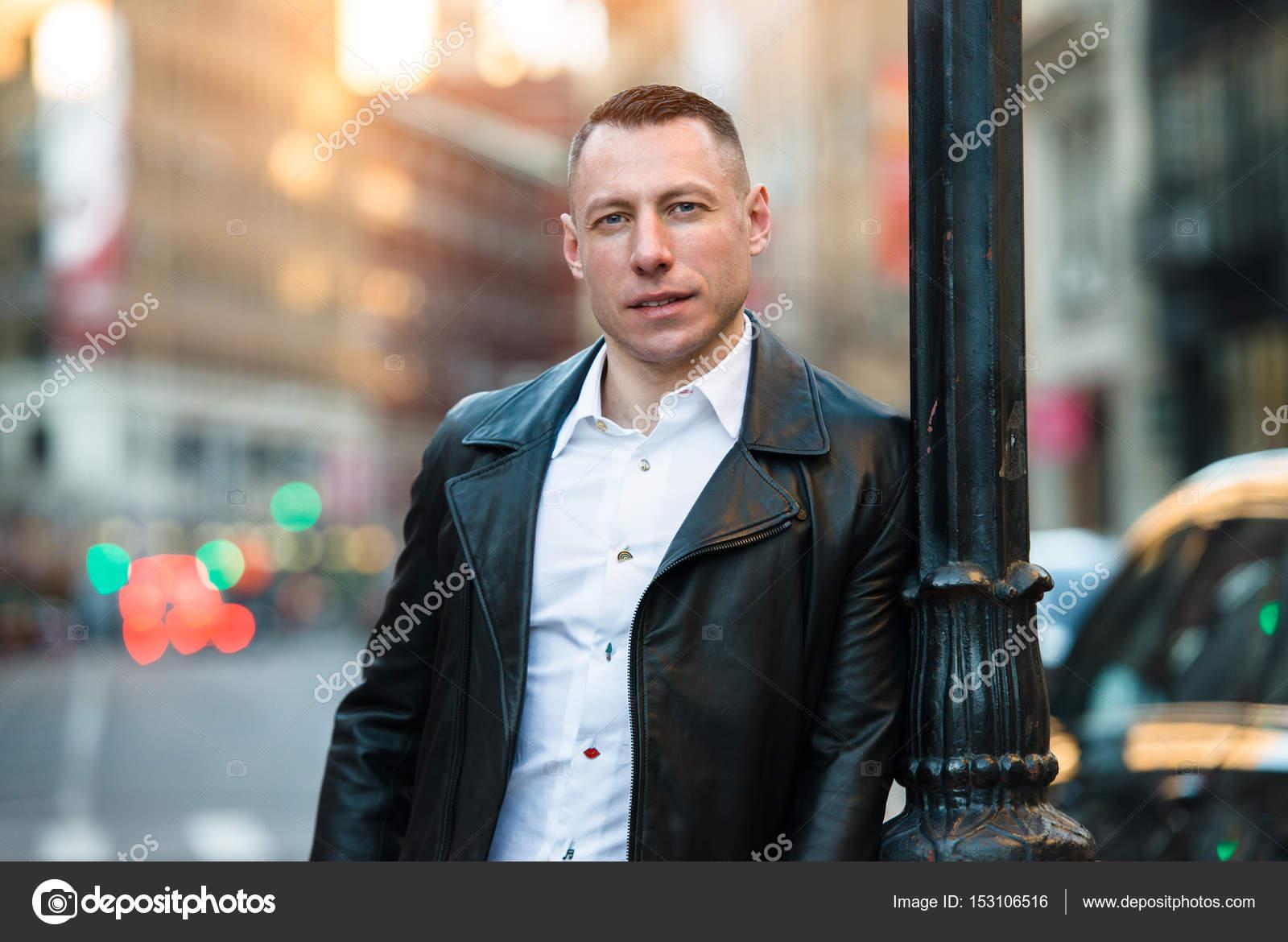 0ec93df4c4d8 Bel homme adulte dans la ville portant tenue décontractée avec veste en cuir  noir et t-shirt blanc — Image de JANIFEST