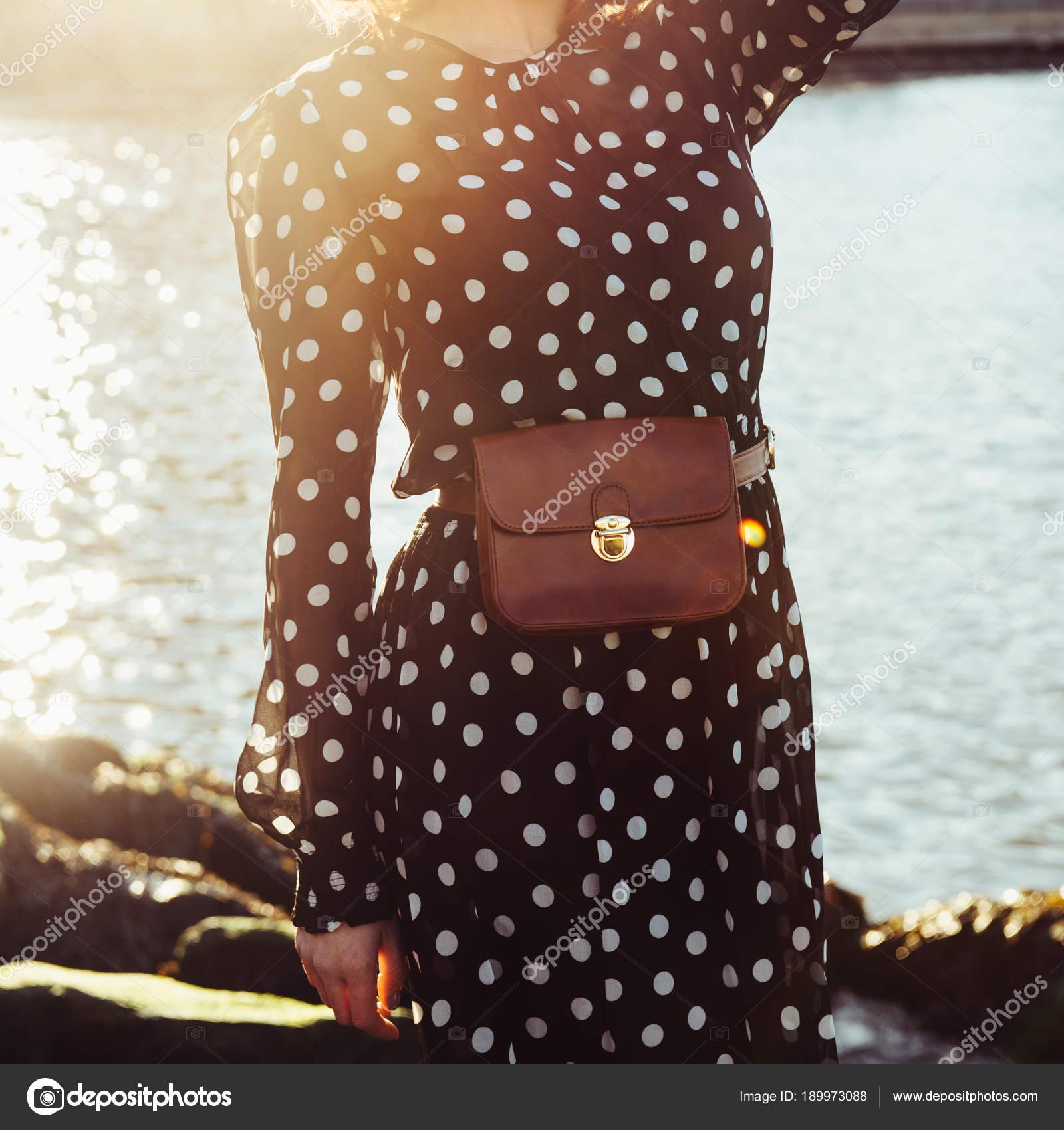 b26132b8f Primavera Verão casual feminina roupa com vestido preto longo em bolinhas  com o saco de couro testa bolsa cinto. Conceito de tendências de moda —  Fotografia ...