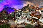 Weihnachtskrippe mit Figuren wie Jesus, Maria, Josef und Schafe