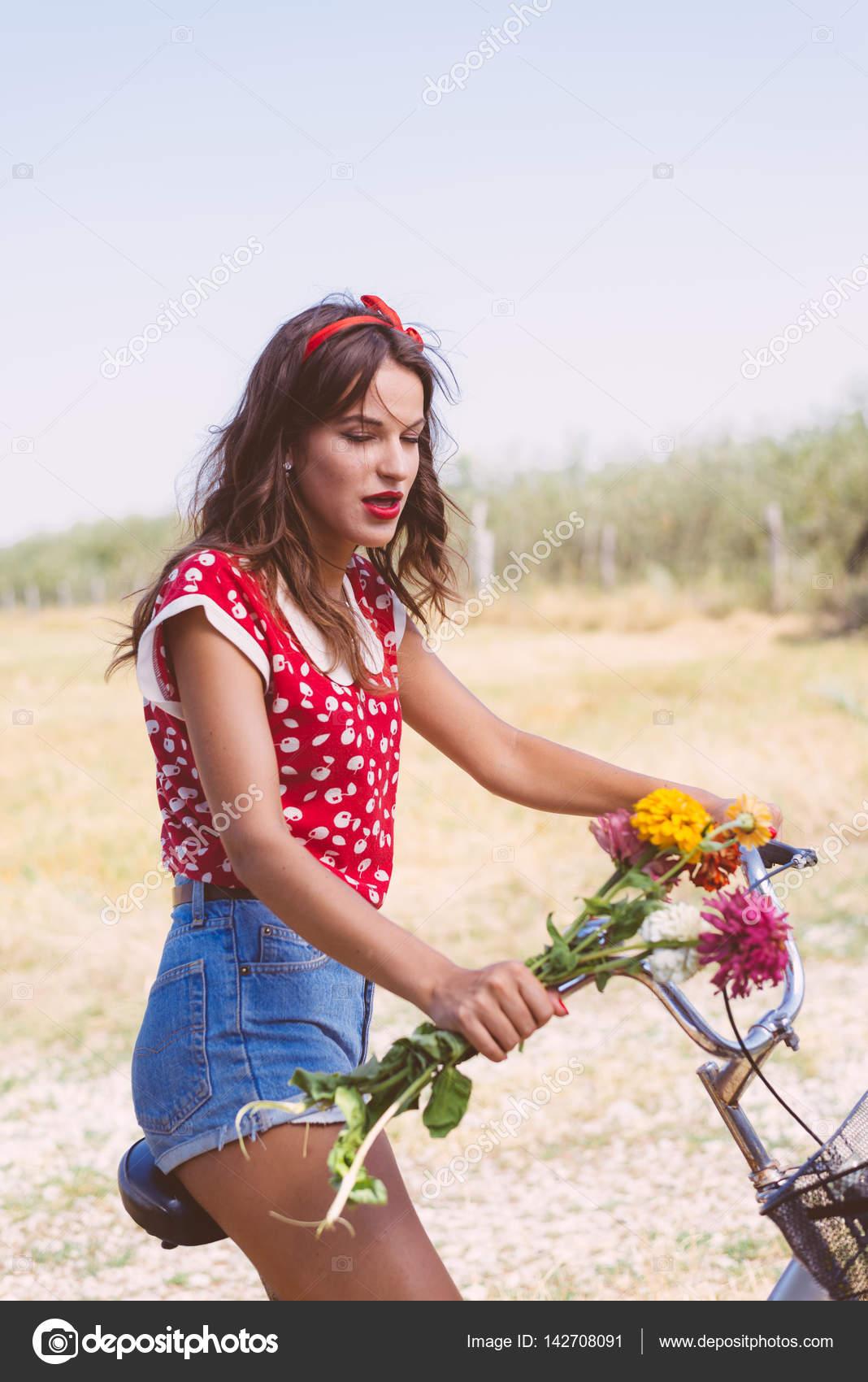 Giovane Bella Donna Castana Del Pinup Camicia Rossa Ciclismo