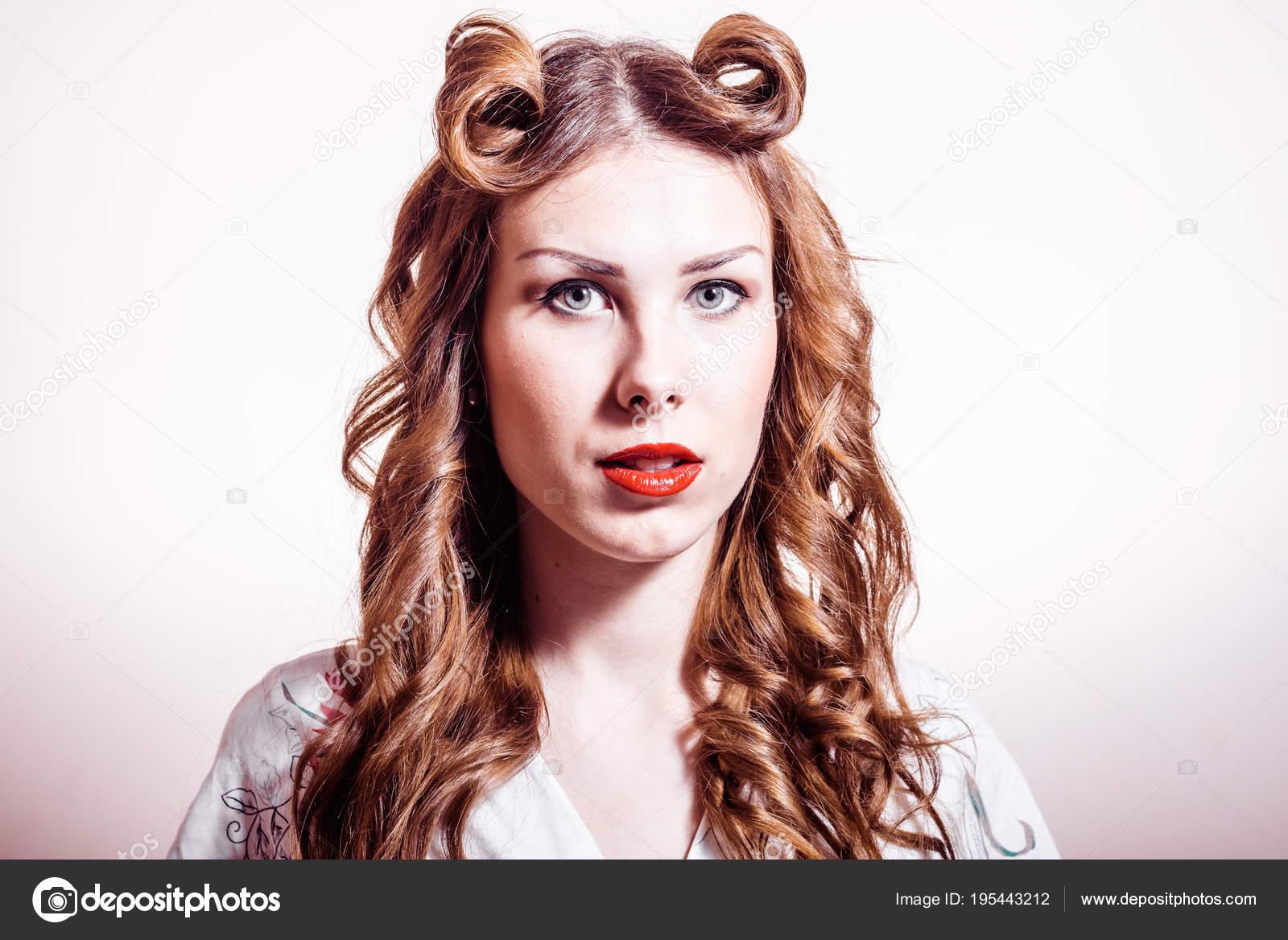 Cute Blonde 50er Jahre Madchen Mit Sieg Roll Frisur Stockfoto