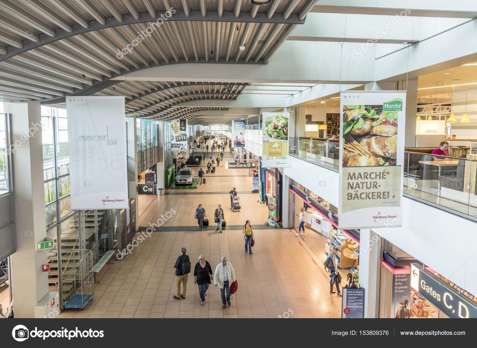 Menschen beeilen, um das Tor im Terminal 2 in Hamburg ...