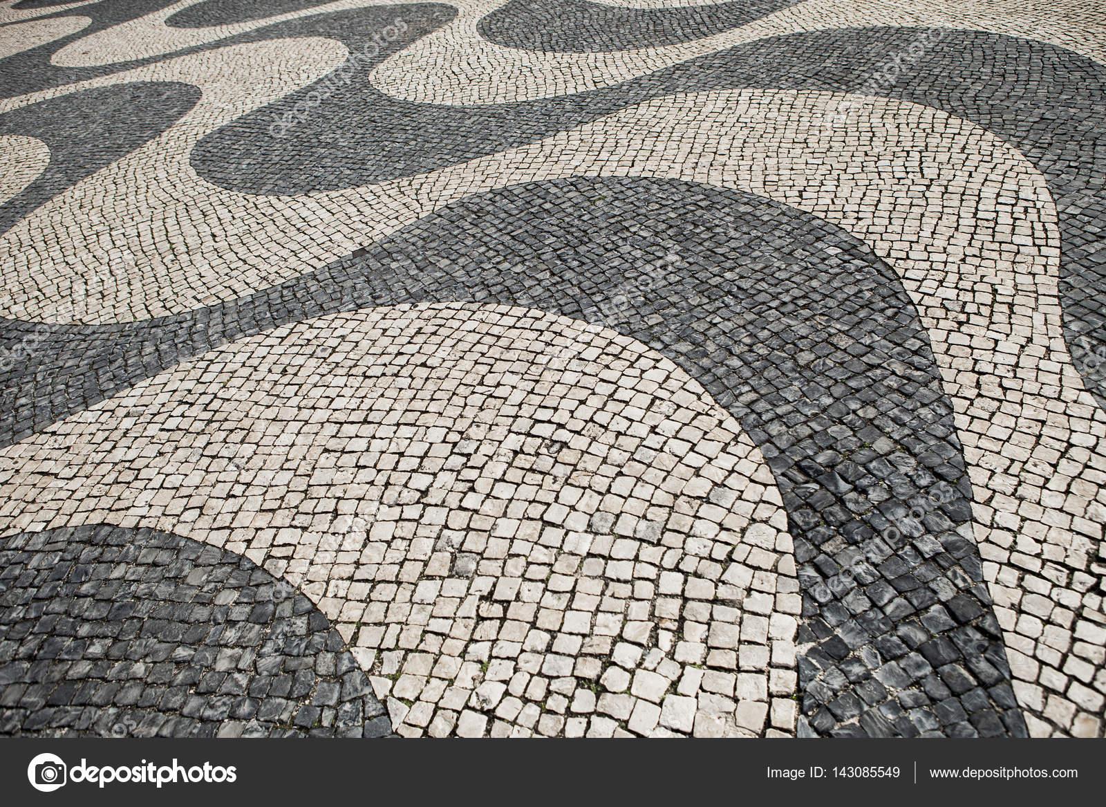 pflastersteine in ein winken schwarz wei muster auf einer strae in belem lissabon foto von infomarcelmaaktfotoosnl - Pflastersteine Muster Bilder