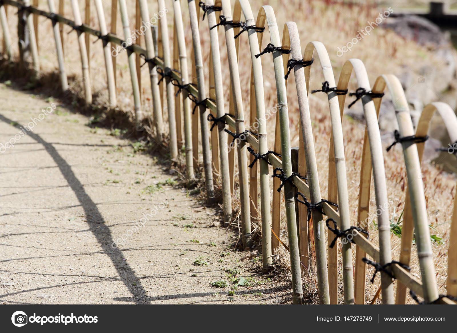 Clôture de bambou dans un jardin japonais — Photographie ...