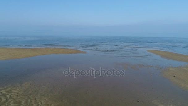 Letecký pohled, dolly v klidu, moře mělké krajina přílivu