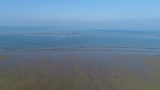 Letecká drone flying, dolly v klidu, moře mělké písečné