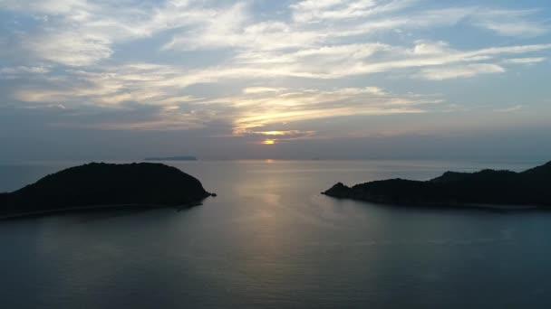 Letecká dron létání, sestup v klidu, večerní moře