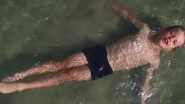 Wenig junge Enjoing Zeit im Wasser, Slow-motion