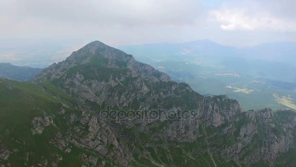 Letu nad horský hřeben k vrcholu reveil do mraků