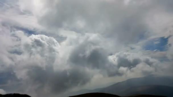 Nádherné časosběrné mračna nad horský hřeben