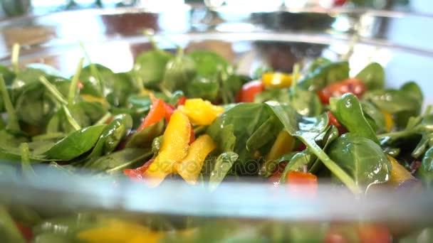 Špenátový salát s rajčaty a paprikou zblízka, otočná, 4k