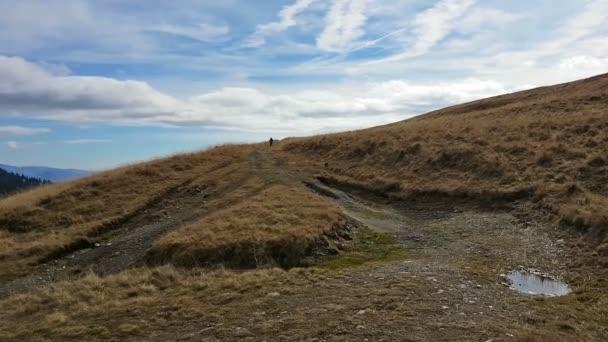 Mladý muž na kole na horský hřeben na podzim