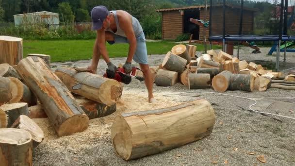 Muž řezání dřeva
