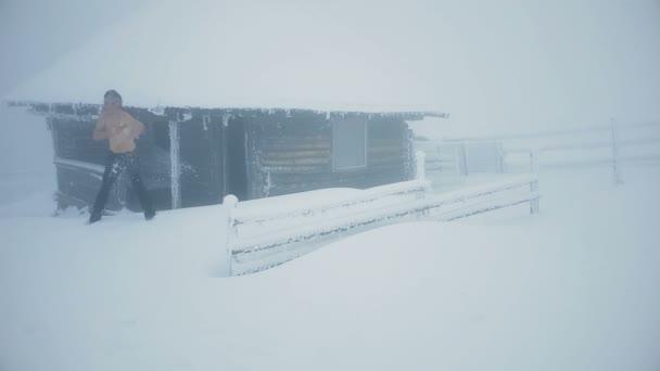 Napůl nahý muž sám tře sněhem v zimě Chalupa