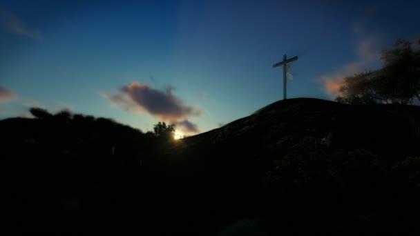 Keresztény nő imádkozott Jézus kereszt, naplemente, aranymosás, 4k