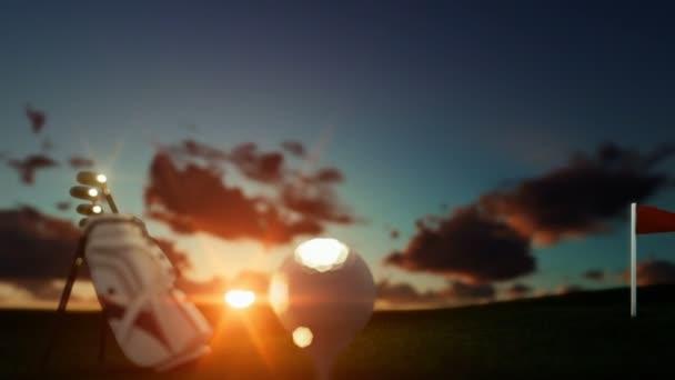 Golfové hole a míče na odpališti s červenou vlajkou proti krásné timelapse sunrise, posun zaměření-nakloněná rovina