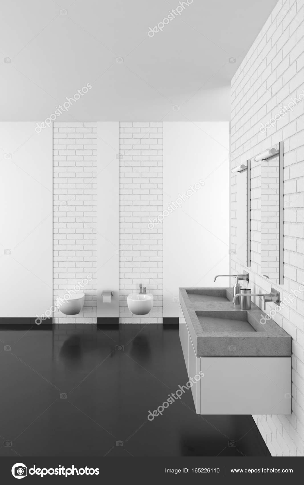 Modernes Badezimmer mit weißen Ziegelmauer und dunkler Boden ...
