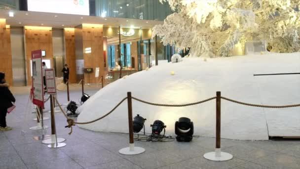 Einkäufer bewundern weihnachtsbaum in kitte shopping complex, tokyo, japan