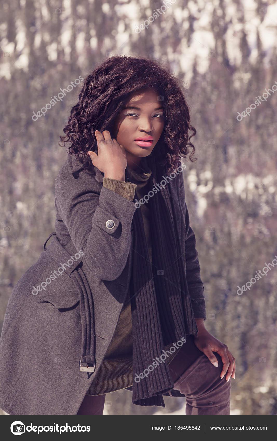 27bb5d79c2e7 Μαύρη Γυναίκα Υπερμεγέθης Μοντέρνα Χειμωνιάτικα Ρούχα — Φωτογραφία Αρχείου