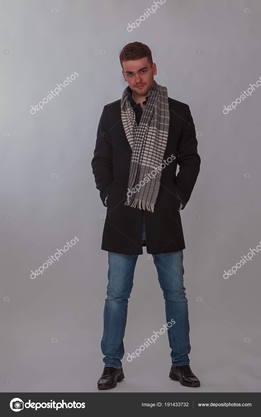 c2692b57c6d Hombre joven en el estudio de ropa casual invierno tiro - ropa casual hombre  invierno — Foto de STphotography
