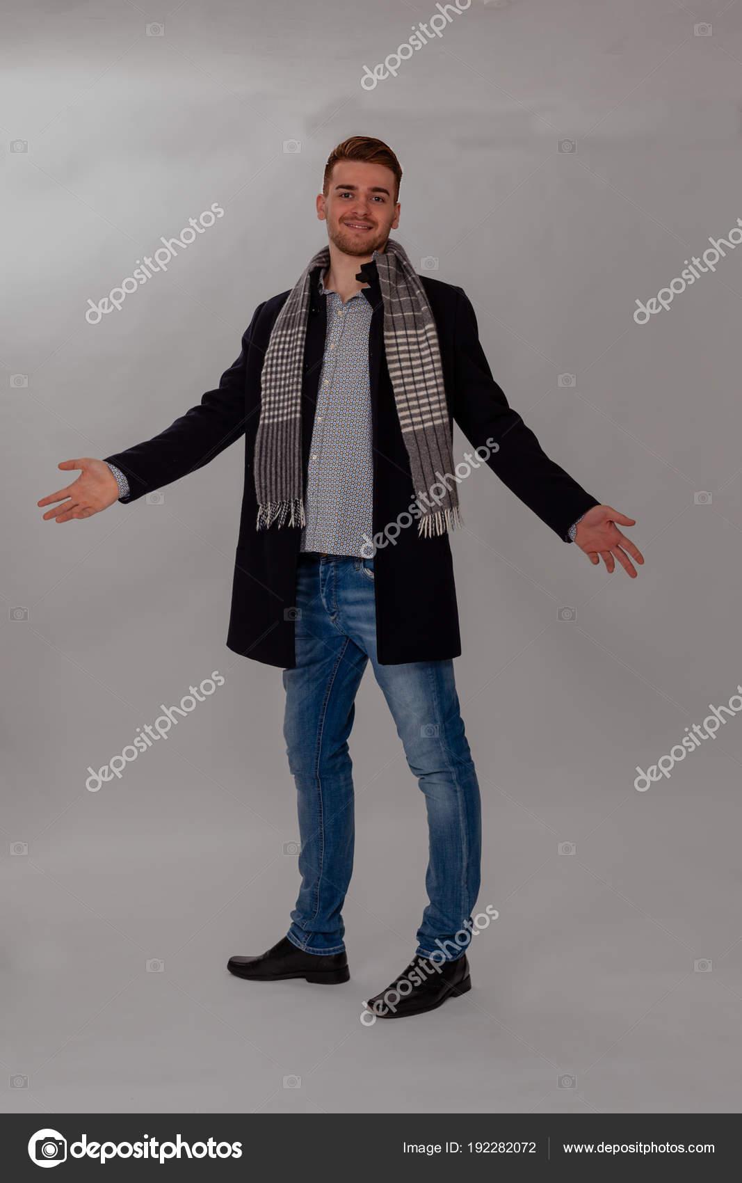 Jeune homme avec manteau et écharpe - studio shot– images de stock libres  de droits 0eaa9a75d48