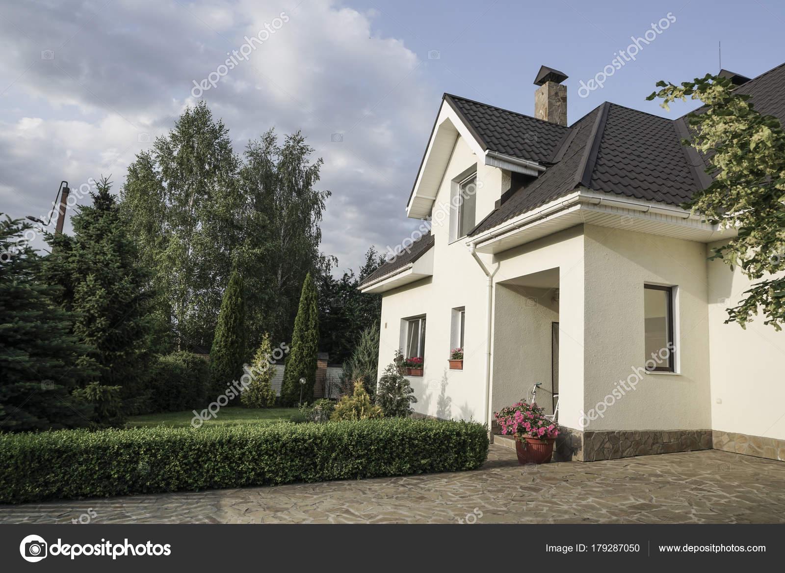 Een Nieuw Huis : Een nieuw huis met een tuin een landelijk gebied onder u2014 stockfoto