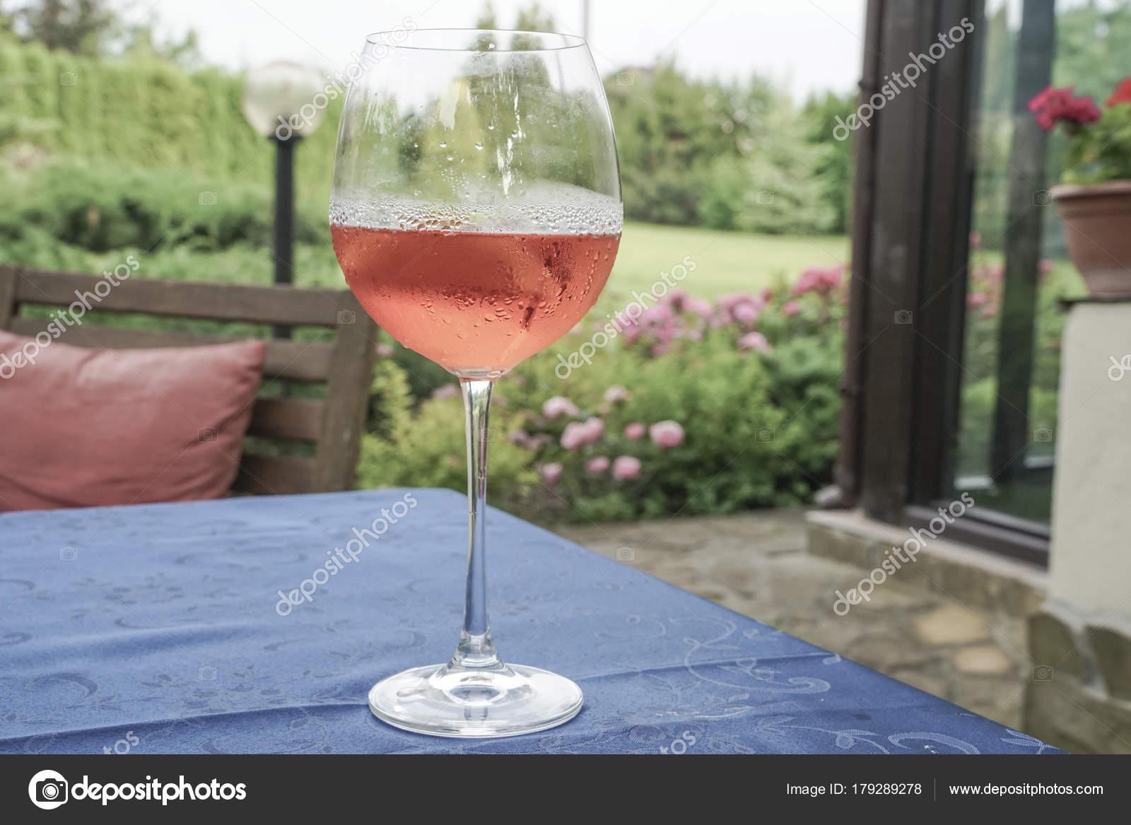 wein im garten, ein glas wein tisch garten sommer — stockfoto © bernanamoglu #179289278, Design ideen