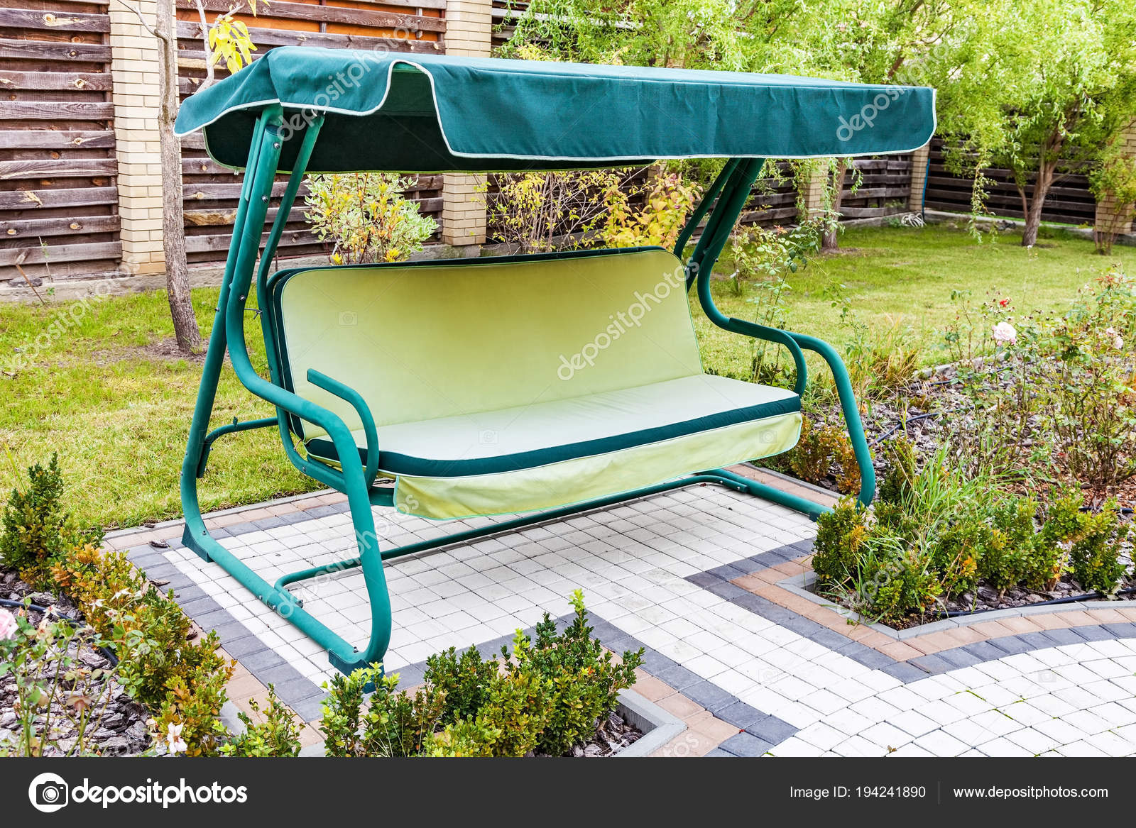 Altalena da giardino divano u foto stock photozirka
