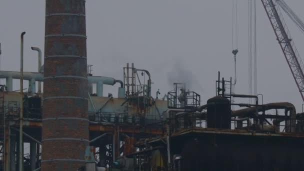 Industrieanlage. Emissionen aus den Rohren der Anlage.