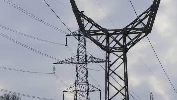 vedení vysokého stožáru. elektrické dráty
