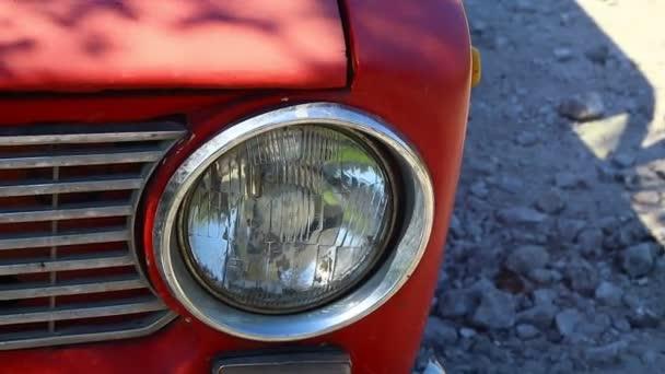 reflektor veteránského auta. staré červené auto. retro karoserie