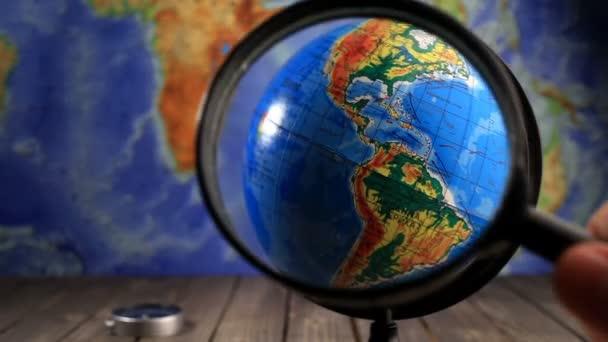 Zvětšovací sklo na celém světě.