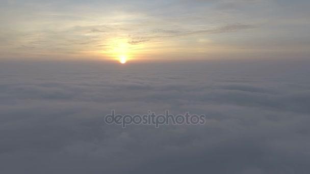 vyhlídkový let nad mraky směrem ke slunci