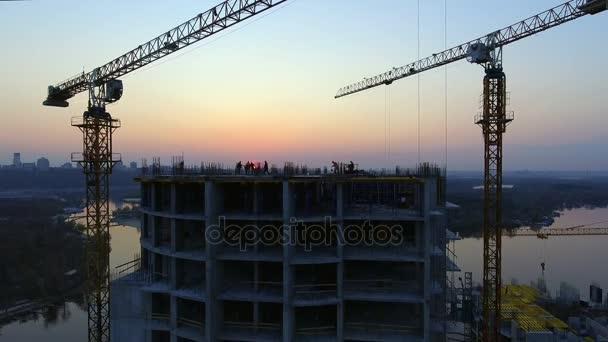 Staveniště při západu slunce, silueta.