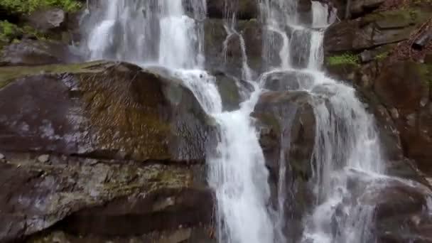 Krásné místo Shipot vodopád v Karpatech, Ukrajina