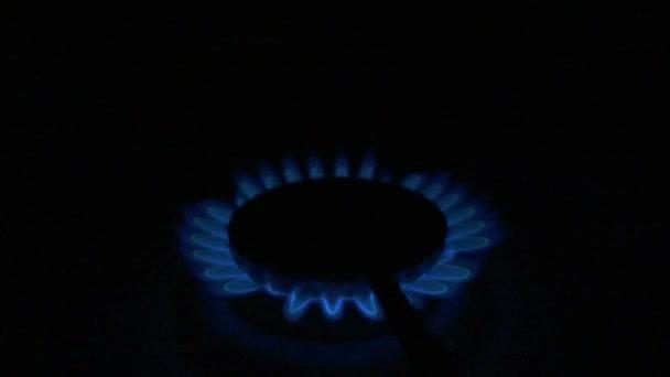 Plameny plynový sporák. Zpomalený pohyb