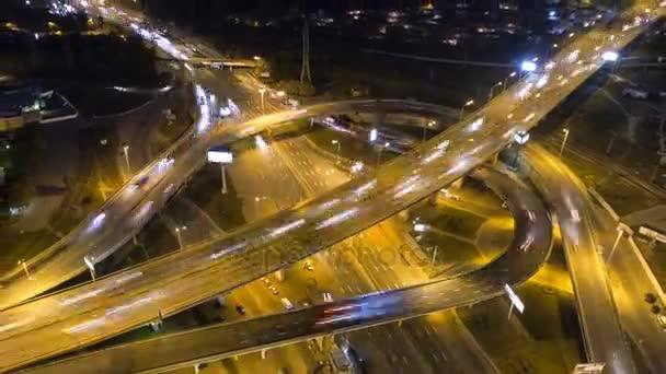 Verkehr am Autobahnkreuz. Luftaufnahme Nachtsicht Zeitraffer Stadtverkehr.