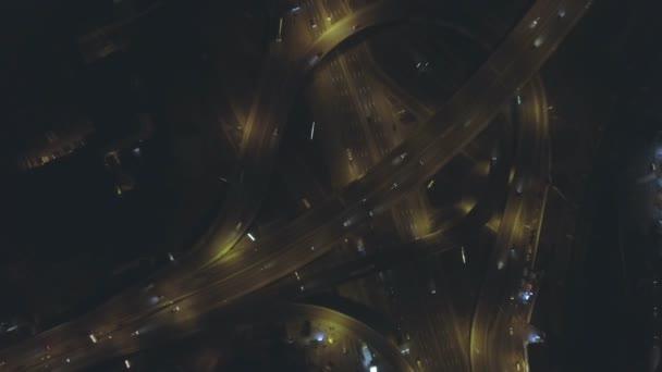 Vertikální pohled shora dolů leteckého provozu na dálnici výměnu v noci