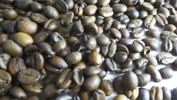 Gerösteter Kaffeebohnen gegossen in einem Haufen. Slow-motion