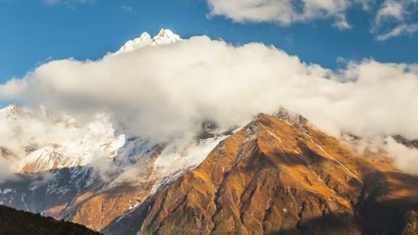 Časová prodleva. Pohyb mraků v blízkosti majestátní Mount Kangtega. Himaláje. Národní Park Sagarmatha, Nepál