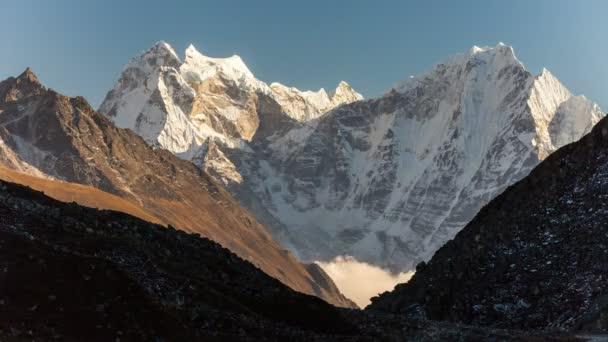 hory Himaláje, Nepál, turistické stezky vedoucí do základního tábora Mount Everest